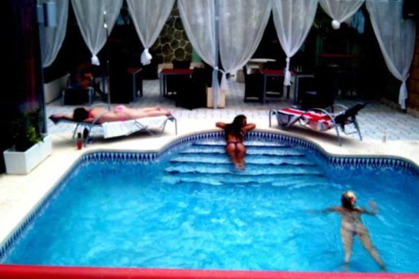 lacuevasexxclub-pool-1